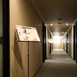 廊下に案内スタンド!